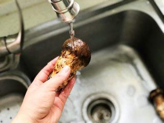 黄油煎松茸,洗去表面泥土和杂质;