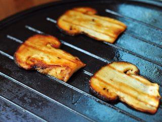 黄油煎松茸,黄油煎松茸,品味特别浓香,可以根据个人口味,撒一点点盐和研磨黑胡椒粒,口感如鲍鱼,润滑爽口。