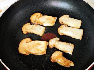 黄油煎松茸,中小火翻面煎;