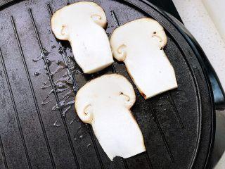 黄油煎松茸,电饼铛加热放一块无盐动物黄油融化,放入松茸片;