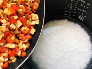 松茸饭,倒入泡好的大米里;