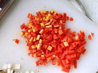 松茸饭,胡萝卜去皮后切丁;
