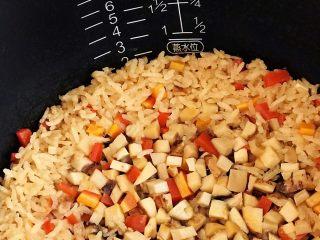 松茸饭,松茸饭焖好了,在蒸饭的时候就能闻到松茸结合大米、酱油加热后散发的浓烈鲜香;