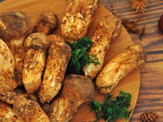 松茸饭,这些松茸来自香格里拉的山间,具有特殊的浓郁香味;
