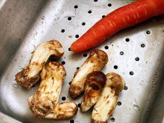 松茸饭,胡萝卜洗净;