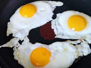 快手营养早餐18,三个鸡蛋打入平底锅,煎蛋;