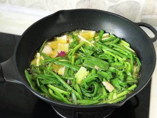 快手营养早餐18,葱油是提前炸好的,先介绍做法。炸葱油所需食材:大葱、小葱、洋葱、香叶、八角、食用油。炸葱油的方法:炒锅里倒入500ml食用油,油烧至温热,把大葱1根(切段)、小葱两把(打结)、洋葱1个(切块)、香叶2片、八角2个放入油锅,小火慢炸30分钟至葱焦黄,捞出葱,底油就是葱油,放凉倒入密封罐,冰箱冷藏储存,够吃好几顿;