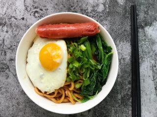 快手营养早餐18,把煎蛋、烤肠、菠菜码在面条上,再撒一把葱花,齐活儿!开吃吧!