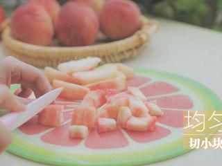 水蜜桃的3+2种有爱做法「厨娘物语」,[大果粒蜜桃酱] 2个水蜜桃去皮切小块。(桃子皮也要留着,煮的时候一起放进去可以增加颜色,熬出粉粉的桃子酱哦)
