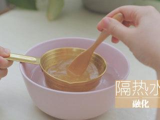 水蜜桃的3+2种有爱做法「厨娘物语」,[Q弹蜜桃果冻] 10g吉利丁粉加入100ml清水,隔热水搅拌融化。