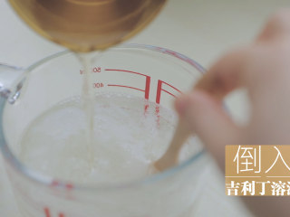 水蜜桃的3+2种有爱做法「厨娘物语」,300ml雪碧加入融化好的吉利丁溶液搅拌均匀。