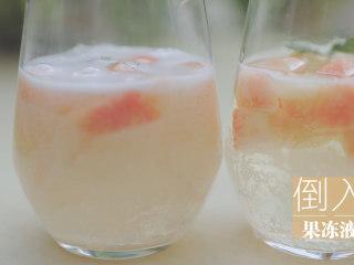 水蜜桃的3+2种有爱做法「厨娘物语」,杯中放入30g桃子块,3片薄荷倒入果冻液,冷藏3小时以上。