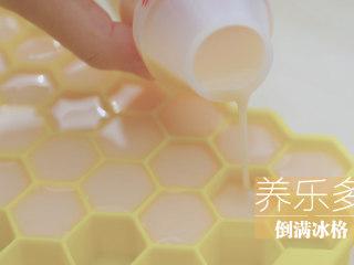 水蜜桃的3+2种有爱做法「厨娘物语」,[乳酸菌蜜桃冰] 将养乐多倒入冰格,冷冻12小时以上。