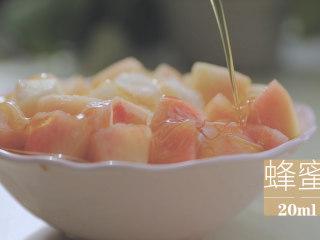 水蜜桃的3+2种有爱做法「厨娘物语」,倒出放入100g桃子块,淋上20ml蜂蜜。