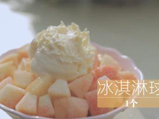 水蜜桃的3+2种有爱做法「厨娘物语」,挖上1个冰淇淋球。
