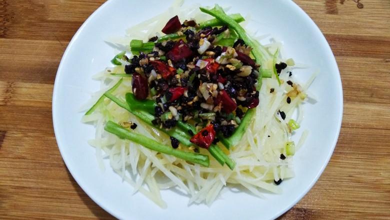 豆豉炝拌青椒土豆丝,全部淋在土豆丝上