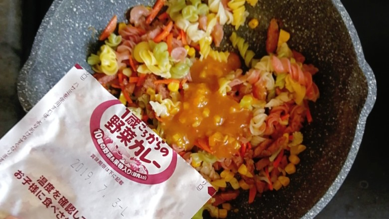 宝宝辅食—花菜香肠杂蔬炒面,最后倒入煮熟的面和一包咖喱酱包
