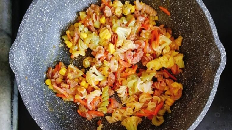 宝宝辅食—花菜香肠杂蔬炒面,翻炒均匀,出锅前滴几滴芝麻油即可