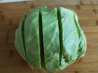 粉丝凉拌圆白菜,一颗圆白菜竖着切四刀,不切透了。