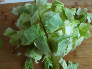 粉丝凉拌圆白菜,在横着切四刀。