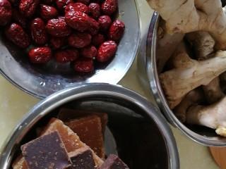 改良版黄芪姜枣黑糖 温阳化瘀效果好 (无麦芽糖),准备好生姜、红枣、红糖和黑糖