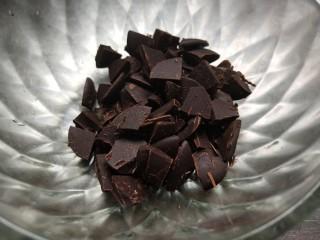 玩转爆浆吐司卷,黑巧克力切碎备用