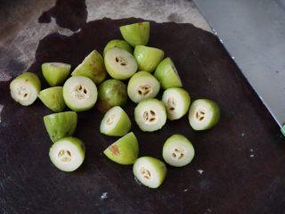 炖粉肠猪肺橄榄汤,橄榄切成两半