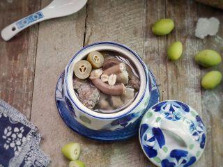 炖粉肠猪肺橄榄汤,清甜可口