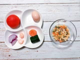 【宝宝辅食】蛋包意面,准备食材:宝宝意面 适量、鸡蛋 1个、西红柿 1个、洋葱 适量、胡萝卜 1小段、黄瓜 1小段、自制芝士虾丸