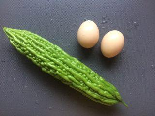 苦瓜抱蛋,准备一颗苦瓜和两个鸡蛋。
