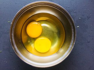 苦瓜抱蛋,打两个鸡蛋。