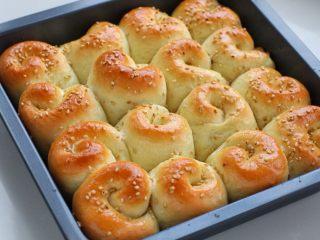 蜂蜜脆底小面包,蜂蜜和水按1:1的比例调匀,面包出炉后立刻刷上蜂蜜水