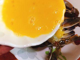 下酒菜+螃蟹抱蛋,搅拌均匀后倒入螃蟹里