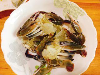 下酒菜+螃蟹抱蛋,取一口大碗将螃蟹放入