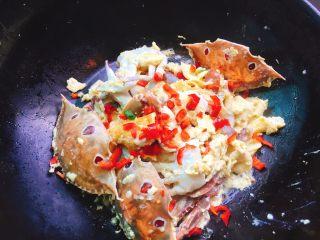 下酒菜+螃蟹抱蛋,撒上小辣椒