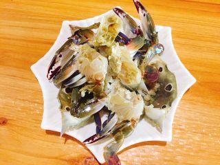 下酒菜+螃蟹抱蛋,一头切两半,这个是小螃蟹,大些螃蟹可以切四半。