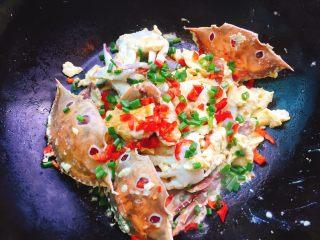 下酒菜+螃蟹抱蛋,最后撒上葱花即可出锅