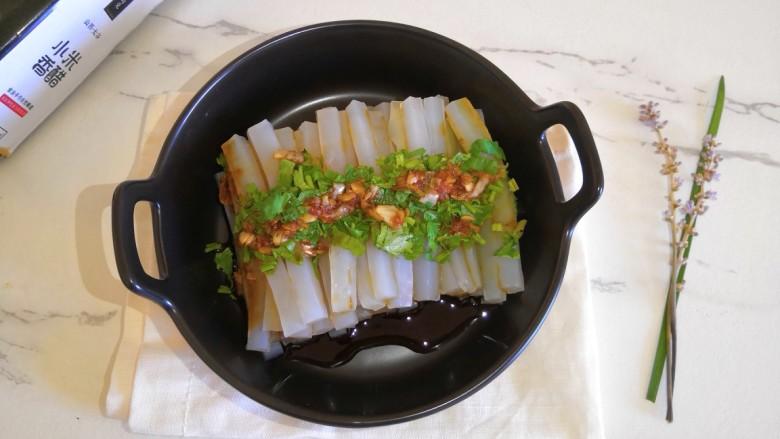 小米醋汁浇凉粉,这个凉粉汁,也可以用来做凉面,加黄瓜丝,洋葱丝口感更佳。