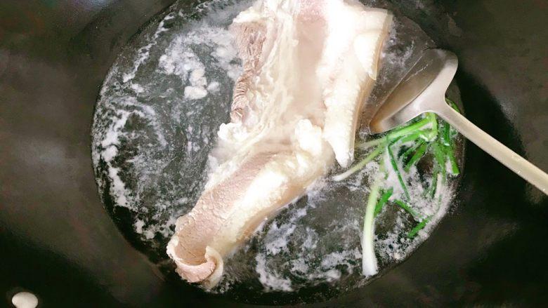 莲藕炒肉片,翻面,煮五分钟。沥干水捞出。