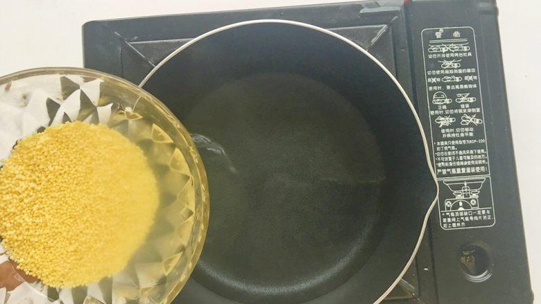 苹果小米糊,起锅做水,水开倒入小米