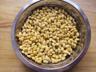 黄豆焖猪蹄,先准备好黄豆,提前一晚泡发。