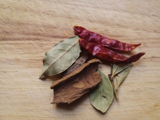 黄豆焖猪蹄,准备好香叶,桂皮干辣椒。