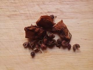 黄豆焖猪蹄,花椒和八角。