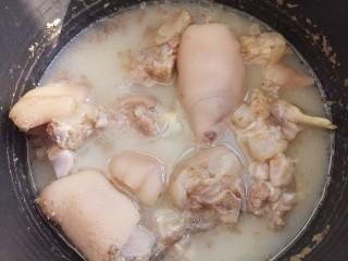 黄豆焖猪蹄,煮一个小时左右。