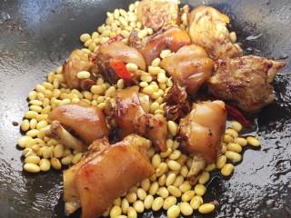 黄豆焖猪蹄,小火炖,半个小时左右。猪蹄儿黄豆炖烂即可。