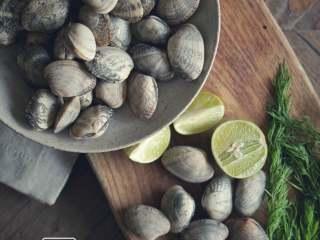 承味莳萝 清酒 蒸蛤蜊,这才是深夜食堂的标配吧。,新鲜的蛤蜊,莳萝,青柠。