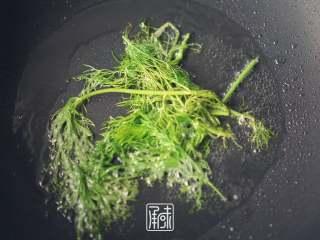 承味莳萝 清酒 蒸蛤蜊,这才是深夜食堂的标配吧。, 放入莳萝。  高温的目的有两个。第一是让莳萝的味道快速出来,另外一个是锁住蛤蜊的鲜味。