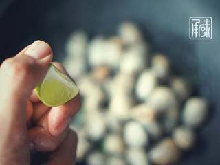 承味莳萝 清酒 蒸蛤蜊,这才是深夜食堂的标配吧。, 加入柠檬。