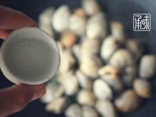 承味莳萝 清酒 蒸蛤蜊,这才是深夜食堂的标配吧。,加入酒的同时,快速盖上盖子!
