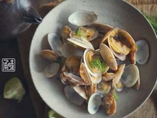 承味莳萝 清酒 蒸蛤蜊,这才是深夜食堂的标配吧。, 焖至好了以后,蛤蜊会慢慢打开。等全部打开的时候这道菜就做好了。